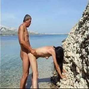 Comendo a mulher do corno na praia